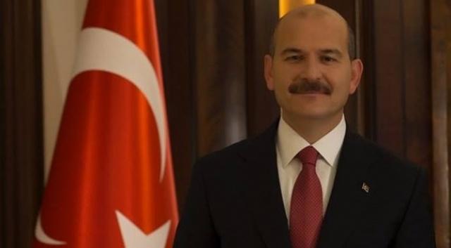 """TRABZON'DA SÜLEYMAN SOYLU HAZIRLIĞI  Bu seçim dönemi liderler Trabzon'a şu güne kadar geldi gitti. Mesela Cumhurbaşkanı Recep Tayyip Erdoğan. Mesela SP Lideri Temel Karamollaoğlu. Mesela İYİ Parti Genel Başkanı Meral Akşener. Hepsi partileri ile buluştu ve gittiler. CHP Lideri Kemel Kılıçdaroğlu Trabzon'a gelmeyecek diye bir bilgi aldık. Zaten Trabzon ittifakla İYİ Parti'ye verildi. İYİ Parti'nin adayı Büyükşehir'e aday gösterildi. İçişleri Bakanı Süleyman Soylu, Trabzon'a ikinciz kez gelecek. Daha önce geldi ilçe ilçe miting düzenledi. Bu defa da aynı şekilde ilçelerde olacak. Of, Araklı ve Arsin'de miting düzenleyecek. Of İlçesi'nde büyük bir hazırlık var. Of İlçe Başkanılığı, """"Süleyman Soylu baba ocağında"""" diye duyurusunu yaptı."""