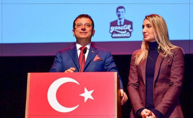 """EKREM İMAMOĞLU'NDAN TRABZON'A MESAJ VAR  Millet İttifakı'nın İstanbul adayı Trabzonlu Ekrem İmamoğlu, her lider Trabzon'a miting yapmaya geldiğinde gündem oldu. Ekrem İmamoğlu'na """"burada konuşulanları biliyor musunuz?"""" diye sorduk. """"Trabzon'da haberiniz yok ama gündem oluyorsunuz"""" diye ekledik.  Hiç tereddüt etmeden,"""" Nereden biliyorsunuz ? Ben Trabzon'u her an biliyorum."""" diyerek cevapladı.  Tam soru soracaktık, """"Neler biliyor sunuz?"""" diye..  Cumhurbaşkanı Erdoğan """"Hemşehriniz İstanbul'da aday onlara uydu"""" diyerek Trabzon mitinginde yuhalatmıştı, İçişleri Bakanı Süleyman Soylu, """"PKK'ya taşıyıcı annelik yapıyor"""" diyerek ağır eleştiride bulunmuştu.  Hani bunları biliyor muydu?  Çok detaya girmeden, """"Biliyorum biliyorum"""" diyerek sorumuza kafa sallayıp cevapladı ve şunu dedi; """"Bakın benimle bugüne kadar hemşehrilerim arasına kimse giremedi. Kimseyi aramaza almadık. Kim ne derse desin boşa konuşuyor. Trabzonlu hemşehrilerimle İstanbul'da kenetlendik. Bana sahip çıktılar. Hepsinden Allah razı olsun. Bundan ötesi yok"""" dedi.  Ekrem İmamoğlu, """"Trabzonlu hemşehrilerime selamımı iletin. En kısa zamanda geleceğim"""" dedi."""