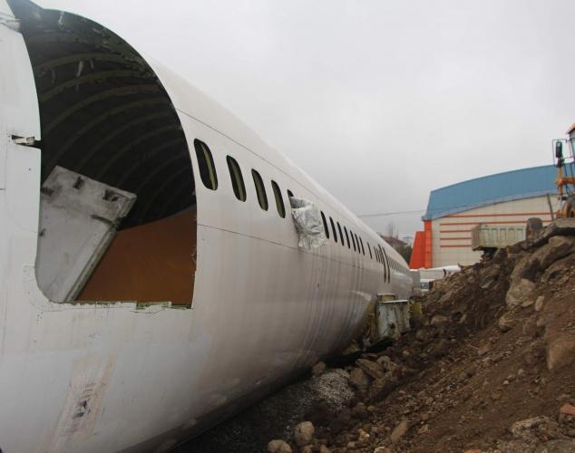 Trabzon'da geçtiğimiz yıl Ocak ayında havalimanına inişi sırasında pistten çıkan yolcu uçağı tırlarla taşındığı Yomra ilçesindeki Pazar yerinde kaderine terk edilmiş durumda  Uçak görüntüsü ile adeta enkazı andırıyor