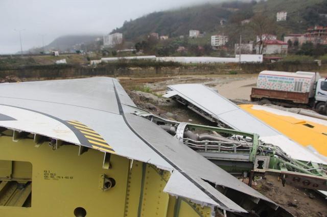 Ankara-Trabzon seferini yaparken 13 Ocak 2018 günü Trabzon Havalimanı'na iniş yaptığı sırada pistten çıkarak büyük tehlike atlatan yolcu uçağı, 5,5 ay önce tırlarla taşındığı Trabzon'un Yomra ilçesinde kaderine terk edilmiş şekilde duruyor.