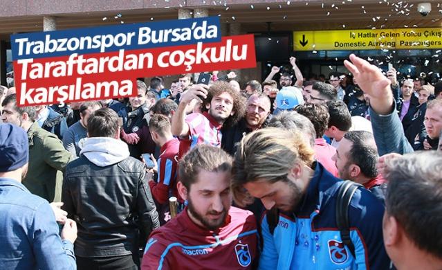 Trabzonspor, Spor Toto Süper Lig'in 28. haftasında yarın Bursaspor ile oynayacağı maç için Bursa'ya gitti.  Trabzon Havalimanı'ndan saat 13.40'da kalkan tarifeli uçakla Bursa'ya ulaşan kafileyi Yenişehir Havalimanı'nda taraftarlar sevgi gösterileri ve tezahüratlarla karşıladı.  Kafile daha sonra kamp yapacağı otele geçti.