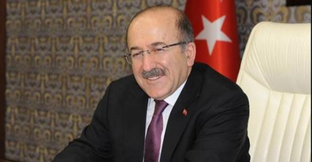 OFG'NİN DANIŞMANI TUTUKLANDI  Trabzon Büyükşehir Belediye eski Başkanı Orhan Fevzi Gümrükçüoğlu'nun danışmanı M.S. tutuklandı. Nedeni bir kaç yıl önce yaşadığı bir adliyelik olay. Avukatı darp etme iddiaları var bu dosyada. Trabzon Büyükşehir Belediye Başkanlığı teslim edeli 10 gün oldu, önce sağındaki solundakiler görevden alındı. İlk gün sağ kolu ve sol kolu gitti. Öyle de değil, böyle kanka tulumba.. Ardından Danışmanı tutuklandı. Enteresan şeyler oluyor Büyükşehir Belediyesi'nde daha neler göreceğiz bakalım. Orhan Fevzi Gümrükçüoğlu nerede diye soranlar da var.. Bunu konuşanlar.. Hatta onları Gümrükçüoğlu koruyordu diyenler.. Kulisler çalkalanıyor. Yalnız her ne olursa olsun şu bir gerçek, Murat Zorluoğlu'nun inanılmaz bir hareket alanı var. Orhan Fevzi Gümrükçüoğlu ilk göreve başladığı günler gibi. O da böyleydi. Başladığı gibi bitmedi.. Murat Zorluoğlu'nun kaderi böyle olmaz herhalde..