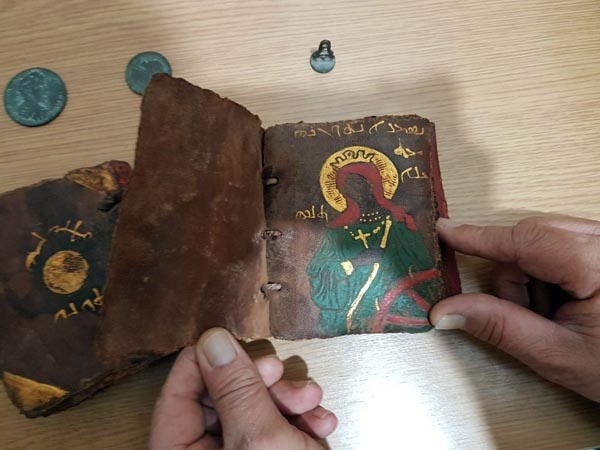 Adana'da ellerindeki 2 tarihi İncil ile tarihi para ve tarihi mührü satmak isterken karşılarında polisi gören 2 kişi kovalama sonrası yakalandı.