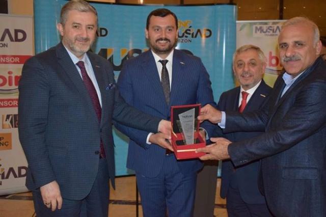 MÜSİAD'IN GECESİNDEN NOTLAR  MÜSİAD Trabzon Şubesi'nin Ankara'da ikinci kez düzenlediği davete katıldık. Trabzonlu bürokratlara verilen davette 3 vekil var. Muhammet Balta, Salih Cora, Bahar Ayvazoğlu. MÜSİAD Şube yönetimi, kendilerine büyük destekleri olan iş insanları Necati Kazaz ve Yılmaz Karadeniz'i unutmadılar. Plaketle onurlandırdılar. Trabzon'da son yıllarda iş dünyasında öne çıkan iki ismi onlar oldu. MÜSİAD Genel Başkanı Abdurrahman Kaan, önce AK Parti Trabzon Milletvekilleriyle yemek öncesi kulis odasında sohbet etti. Trabzon Valisi İsmail Ustaoğlu ve Trabzon Büyükşehir Belediye Başkanı Murat Zorluoğlu da davete katıldı. MÜSİAD Trabzon Şubesi Başkanı Ali Kaan misafirleri ağırlama işini Mehmet Üçüncüoğlu ve Ümit Hotaman'a verdi. Onlar da ilgilendirler. Ümit Hotaman zaten bu işlerin tecrübeli ismidir.
