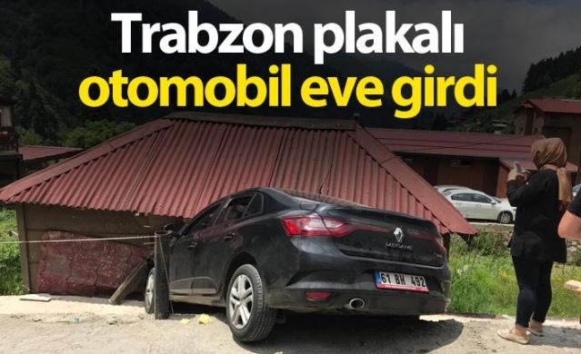 Trabzon plakalı otomobil eve girdi
