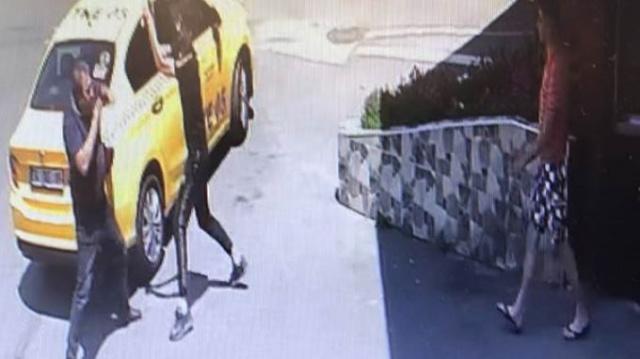 İstanbul Beylikdüzü'nde bir genç annesine sarkıntılık yaptığı iddia edilen taksiciyi demir sopayla dövdü. Daha sonra ise taksiyi kullanılamaz hale getirdi. Taksiciyi hastanelik eden dayak saniye saniye güvenlik kameralarına yansıdı