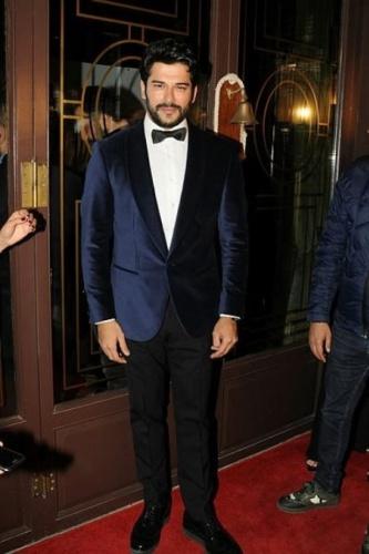 Geçtiğimiz sezon Ertuğrul Gazi'nin oğlu Osman Gazi'yi canlandıracak ismin kim olduğu açıklanmıştı. Dizinin yapımcısı Mehmet Bozdağ tarafından sezon bitmeden başarılı ve yakışıklı oyuncu Burak Özçivit'in kadroda yer aldığı müjdesini vermişti.