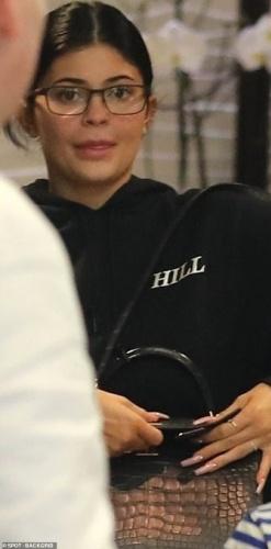 21 yaşındaki Jenner, optik gözlüklerini taktı ve bir dişçi randevusu için Beverly Hills Calabasas'daki evinden makyajsız çıktı.