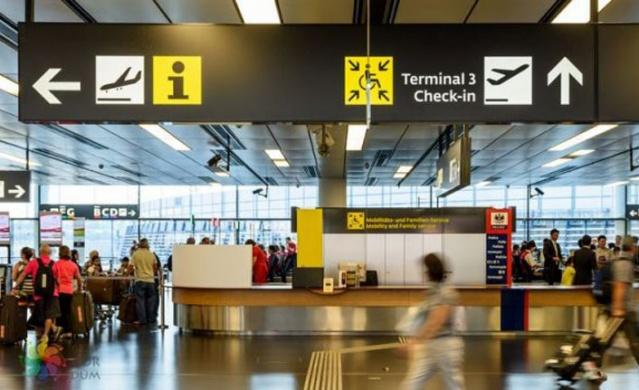 Tek havaalanının bulunduğu şehirde merkeze gitmek için pazar günleri hariç otobüs seferleri bulunmaktadır.