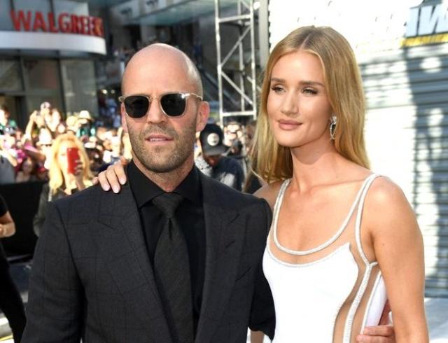 Dün Los Angeles'da gerçekleşen Hızlı ve Öfkeli filminin galasına, filmin başrol oyuncusu Jason Statham, nişanlısı Rosie Huntington-Whiteley ile katıldı. Güzel model, beyaz elbisesinden uzanan derin bacak dekoltesi ile tüm dikkatleri üzerine topladı.