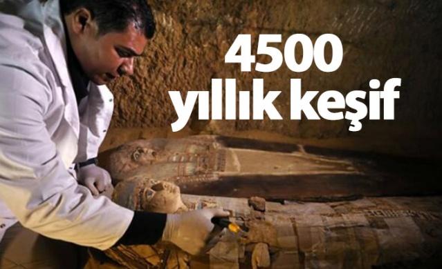 Giza Piramitleri'nde 4 bin 500 yıllık olduğu tahmin edilen iki antik lahit keşfedildi.