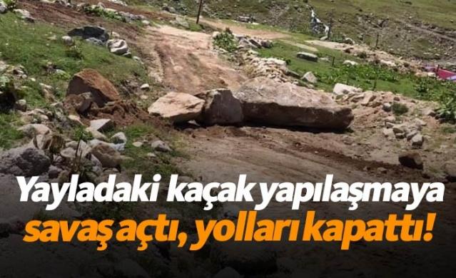 Rize'de bir köy muhtarı, Avusor Yaylası'nda inşaat alanlarını iş makinesiyle kapatıp yola da taşlar koyarak kaçak yapılaşmaya tepki gösterdi.