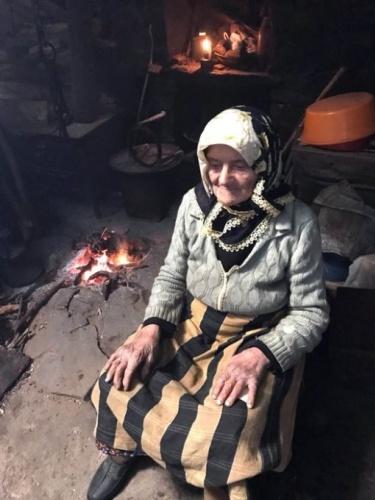 Tonya ilçesinde yaz aylarında 1900 rakımlı Karakısrak Yaylası'nda oturan, 33 yıl aradan sonra önceki yıl kış mevsiminde köyüne dönen Fadime Kayacı'nın (84), 1984 yılında yaylada yanına gelen yeğeni 14 yaşındaki Ali Haydar Kayacı, sara nöbeti geçirip, öldü. Yaylada ot toplayan Fadime Kayacı, döndüğü evde yeğeninin öldüğünü gördü