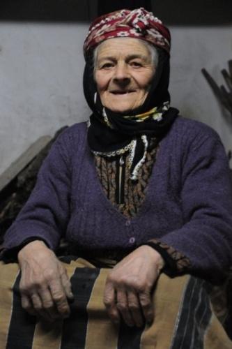 """Fadime Kayacı ile yakından ilgilenen komşusu Ali İhsan Kurt da, yaşlı kadının evine ayıların saldırdığını ifade ederek, """"Ayılar, evin iki kapısını da kırdı. Üç sefer eve ayı geldi ve üçünde de evin kapısını kırdı. Üçüncü sefer evin kapısı kırılınca Fadime nine tedirgin oldu. Yaylada kimsesizdir, kimsesiz olduğu için, sahip çıkanı olmadı. Hep biz ona ilgi gösteriyoruz"""" diye konuştu."""