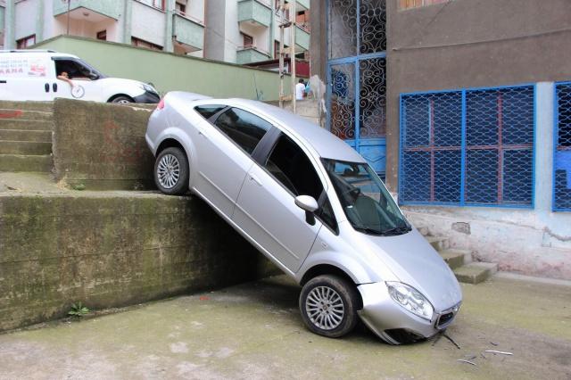 Düşme sonucu bahçede bulunan başka bir otomobile arkadan çarparak durabilen otomobilde ölen ya da yaralanan olmazken düştüğü yerde kimsenin bulunmaması olası bir faciayı önledi.