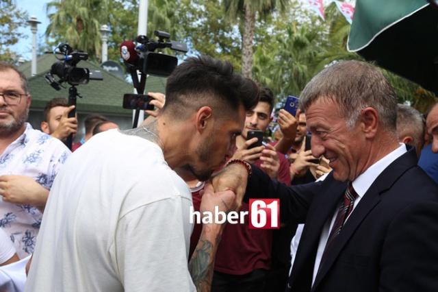 Haber61 Spor Servisi  Trabzonspor Bayramlaşma töreninde Başkan Ahmet Ağaoğlu'nun futbolcularla bayramlaşması samimi görüntüler ortaya çıkardı.
