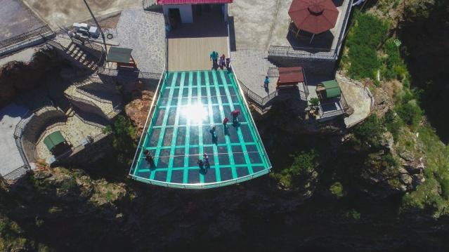 Torul ilçesinde 240 metrelik cam seyir terası tamamlanarak geçen yıl ziyarete açıldı. Zigana tüneliyle Karaca Mağarası güzergâhı üzerinde bulunan Torul Kalesi'nin bulunduğu tepenin zirvesine yapılan seyir terası, 90 metrekarelik alanı ve 50 kişiyi aynı anda taşıyabilecek güçlendirilmiş cam platformuyla yerli ve yabancı turistlerin ilgisini çekiyor.