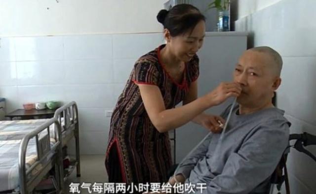Zhan Guihuan hala yanında ve tüm tedavilerinde eşine yardımcı oluyor.