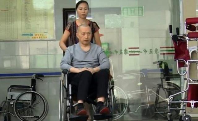 """Li Zhihua geçtiğimiz yıl, karısının yanında olduğunu görünce uyandı ve ağzından çıkan ilk cümle """"Seni seviyorum"""" idi. Doktorlar, Guihuan'ın sürekli varlığının ve kocasıyla konuşmasının sinir sistemini etkilediğini ve uyandırdığını açıkladı."""