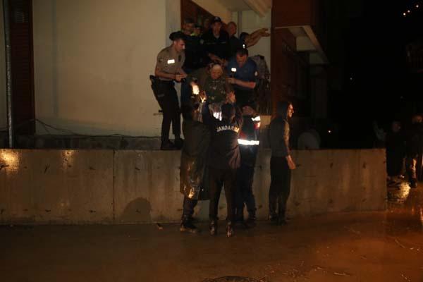 Rize'nin Hemşin ilçesinde şiddetli yağıştan ötürü 20 daireli bir apartman tahliye edildi.