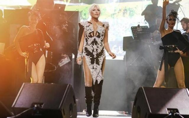 Sabah 1.5 saat spor yaptıktan sonra konser alanına 16.00'da gelen Ajda Pekkan, kulisinde 16.30'dan 20.30'a kadar şan hocasıyla şarkılarını çalıştı.