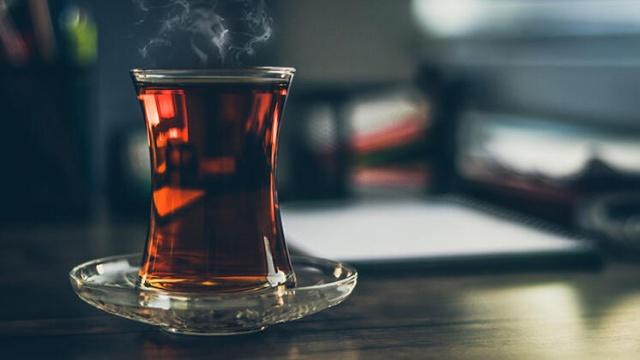 """Günde 5 çay bardağını geçmeyin!  Her iki çayda da kafein bulunmaktadır, ancak yeşil çaydaki kafein oranı daha düşüktür. Siyah çayın da yeşil çay gibi antioksidan özellikleri vardır, ancak siyah çay daha fazla işlem gördüğü için antioksidan miktarı daha azdır. Siyah çay tüketiminin günde beş çay bardağını geçmemesi önerilmektedir. Bitki çaylarının ise üç bardağı geçmemesi önerilir"""" diye konuştu."""