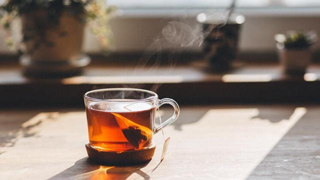 Dünya Çay Komitesi'nin 2018 yılında hazırladığı 'Dünya Çay Raporu'na göre kişi başına çay tüketiminde Türkiye yılda 3,5 kilogramlık çay tüketimiyle birinci sırada yer alıyor. Raporda ikinci sırayı kişi başına yıllık 2,4 kilogramlık tüketimle Afganistan alırken üçüncü sırada 2 kilogramlık tüketimle Libya bulunuyor. Diğer ülkelere kıyasla Türkiye'nin çay tüketiminin fazla olduğunu belirten Beslenme ve Diyetetik Uzmanı Gökçen Özüpek, çay tüketiminin tamamen masum olmadığını söyleyerek önemli bilgiler verdi.