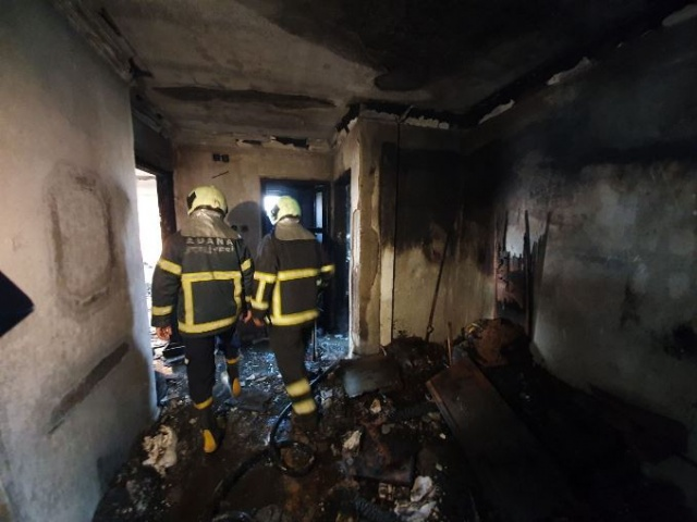 İhbar üzerine bölgeye sevk edilen itfaiye ekipleri, alevleri yaklaşık yarım saatte söndürdü. Soğutma çalışmasının ardından evde inceleme yapan itfaiye ekipleri, 3'üncü katın da yanıcı madde atılarak yakıldığı tespit etti.
