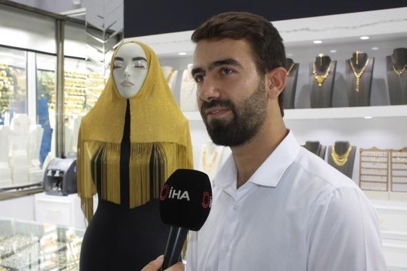 Batmanlı kuyumcu Mehmet Tikiz, Dubai'den vitrini için getirttiği altın şal kadınlardan yoğun ilgi gördü. 340 bin lira değerindeki 22 ayar ve el işlemeli altın şalın Türkiye'de tek olduğu öğrenildi.