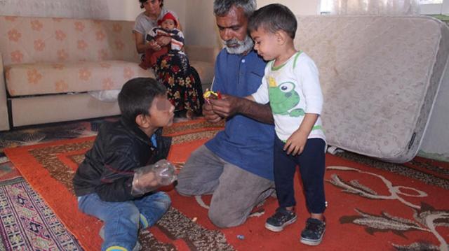 """7 yaşındaki Y. M., yaşadığı hastalık sebebiyle sürekli ellerini ısırıyor. Vücudunda yaralar oluşan çocuklarını tedavi amacıyla Manisa'dan İzmir'e getiren aile, """"kendine zarar vermemesi için"""" Yusuf'un ellerini plastik şişede muhafaza ediyor. Bu sebeple ellerini kullanamayan Yusuf, babasının elinden yemek yiyor."""