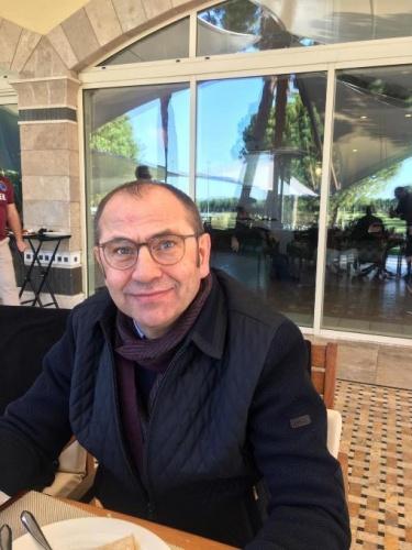 """TRABZONSPOR'UN BARBEKÜ PARTİSİNDE EN DİKKAT ÇEKİCİ İKİ ŞEY;  BİRİ ABDULKADİR'İN GELMESİ DİĞER SAĞIROĞLU'NUN BIYIKLARI   Trabzonspor'un Antalya Belek kampında sona geliniyor.  Dün Kültür veTurizm BakanıMehmet Nuri Ersoy'un sahibi olduğu otel Maxx Royal'da barbekü partisi verildi.  Futbolcular vardı, basın mensupları da katıldı. Bu otelin genel müdürü Trabzonspor Kulübü Başkanı Ahmet Ağaoğlu'nun yakın arkadaşı. Çok titiz davrandılar. Trabzonspor'un kamp ekibiyle tek tek ilgilendiler. Kamp ekibiyle ilgilenen personellerin Trabzonspor forması giymeleri dikkatlerden kaçmadı. Hatta bazı personeller, futbolculara formalarını imzalattılar. Trabzonspor Kulübü Başkanı Ahmet Ağaoğlu, yemek masasına oturur oturmaz, teknik direktör Hüseyin Çimşir'i yanına çağırdı ve onla oturdu. Basın mensuplarının birlikte önce Çalışan Gazeteciler gününü kutladılar.  Hüseyin hoca ile Başkan Ağaoğlu, ara ara bir birlerine takıldılar. Futbolcular ayrı masada otururken, Trabzonspor yöneticileri de ayrı masada oturdular. Asbaşkan Mehmet Yiğit Alp ve Başkan Yardımcısı Ertuğrul Doğan hariç Trabzonspor yöneticilerinden Ömer Sağıroğlu, Emin Kahraman, Yunus Hayırlıoğlu, Özer Bayraktar, Lokman Sadıklar, Tuncay Uzunal katıldı. Sertaç Güven'in ise uçağı geç kaldığından yetişemedi.    Ha bu arada barbekü partisinin en dikkat çekici noktaları nelerdi diye biri sorsa.. Hiç çekinmeden.. Gücenmeden.. Şunu deriz; Birincisi Abdulkadir Ömür'ün kampa gelip arkadaşlarıyla hasret gidermesi, onlarla buluşması.. İkincisi ise Trabzonspor Genel Sekreteri Ömer Sağıroğlu'nun 10 yıldır kesmediği bıyığını traş etmesi oldu. 10 yıldır kesmediği bıuığını kesen Ömer Sağıroğlu, inanılmaz gençleşti, inanılmaz bambaşka biri olarak ortaya çıktı. Hatta basın mensupları aralarında, """"Bu kim?"""" """"Ömer Sağıroğlu neden toplantıya katılmadı?"""" diyerek espri yapmaya başladılar."""