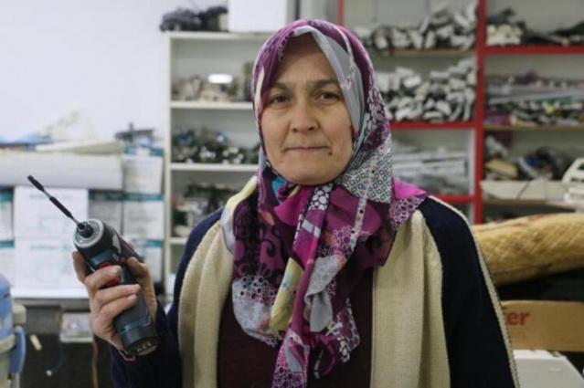 Manisa'da, Hatice Şeşen (47), eşine yardım etmek için başladığı elektronik eşya tamirinde, merakı, becerisi ve azmiyle erkeklere taş çıkarıp, kentte aranan usta oldu.