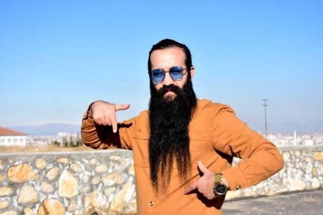 Malatya'da, Abdullah Özkaya (28), 2010 yılından beri kesmediği 42 santimetreye ulaşan sakalını 10 bin TL karşılığında satılığa çıkardı. Sakalını alana 60 santimetre uzunluğundaki saçlarında da hediye edeceğini ifade eden Özkaya, alıcı çıkmaması halinde sakal ve saçlarını Lösemili Çocuklar Sağlık ve Eğitim Vakfı'na (LÖSEV) bağışlayacağını söyledi.