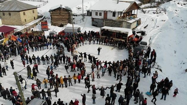Artvin'in Ardanuç ilçesindeki Geçitli Köyü'nde bu yıl 5'si düzenlenen Kar Şenliği 7'den 70'e büyük ilgi gördü. Tahta kızak, halat çekme yarışları renkli görüntülere sahne olurken kar üstünde oynayan horonun muhteşem uyumu havadan görüntülendi.