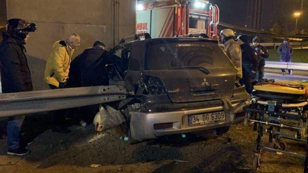 İstanbul Kadıköy'de 14 yaşındaki sürücü bariyerin ok gibi saplandığı otomobilde sıkıştı. Kazada sağ bacağı kopan çocuk hastaneye kaldırıldı.