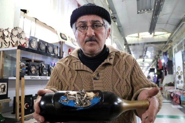 Samsun'da 57 yaşındaki Temel Samangül, temizlik görevlilerinden 1 TL karşılığında aldığı şişeleri sanat eserine dönüştürerek dünyaya pazarlıyor. 1 TL'lik şişeler sanat eserine dönüşünce Avrupa'da 50 euroya alıcı buluyor.