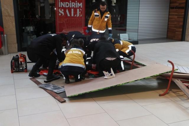 Trabzon'daki bir alışveriş merkezinde doğal afet ve yangın durumlarına karşı tatbikat yapıldı.