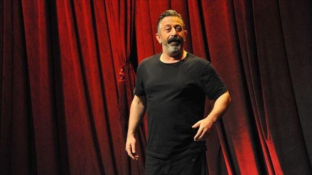 Karakomik Filmler 2 filmiyle gündemde olan Cem Yılmaz, sosyal medyada 34 bin takipçisi olan sahte hesaba ve onu takip edenlere tepki gösterdi.