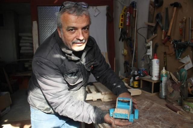 Ordu'nun Ünye ilçesinde yaşayan 59 yaşındaki Hasan Kalafat çocukken oynayamadığı ve hayalini kurduğu oyuncakları kendi evinde üretmeye başladı. Yaklaşık 11 yıl önce kamudan emekli olduktan sonra ailesinin kendisine alamadığı oyuncak hayallerini şimdilerde gerçekleştiren Kalafat, çevresindeki çocuklar için evinin bir katını atölyeye çevirdi.
