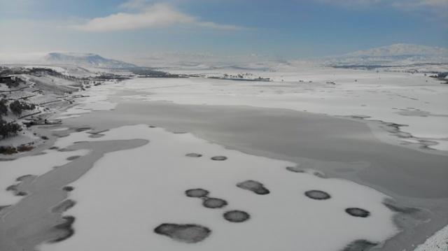 Elazığ'da soğuktan baraj dondu