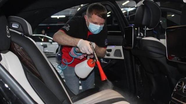 Corona virüsün Türkiye'ye de sıçramasıyla birlikte üst düzey önlemeler alınmaya başlandı. Kişisel eşyaların dezenfekte edilmesinin yanı sıra otomobillerin ve toplu taşıma araçlarının da dezenfekte edilmesi gerektiğine dikkat çeken TOBFED Genel Başkan Yardımcısı Mustafa Mumcu, sıradan otomobiller de bile milyarlarca bakteri bulunduğunu söyleyerek, araçlara mutlaka antibakteriyel iç temizlik yaptırılması konusunda uyarılarda bulundu.  Tüm dünyayı sarsan corona virüs ile ilgili haberler gelmeye devam ediyor. Bakteriler ve virüslerin yayılması için en elverişli ortamı ise toplu taşıma araçları ve otomobiller sağlıyor. Uzmanlar belediyelerin toplu taşımalar için yaptıkları dezenfekte çalışmalarının ticari taksiler, okul ve personel servisleri ile özel otomobiller için de şart olduğunu vurguluyor.
