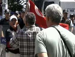 BDP'li kadınlara Türk bayraklı tepki