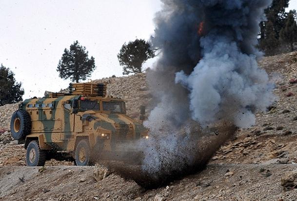 Askeri aracın geçişinde patlama