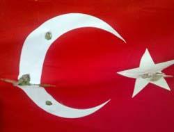 Türk bayrağını tahrip etti
