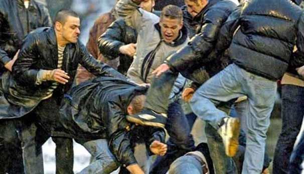 Taraftar Türklere saldırdı: 4 yaralı
