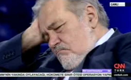 Mesut Yar  Programda uyuttu
