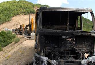 Teröristler fıstık yüklü kamyonu yaktı
