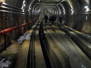 Bir kadın metro raylarına düştü