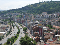 Trabzon'da araçtan yağ aktı yol kapatıldı