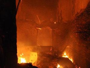 Manisa'da çıkan yangında 3 ev kül oldu